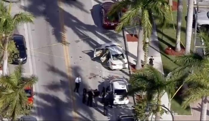 Photo of Encuentran a dos personas ensangrentadas en un auto en Hialeah.