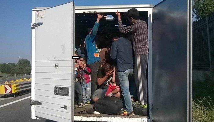 Photo of Detienen a más de 100 personas indocumentadas a bordo de un camión en México